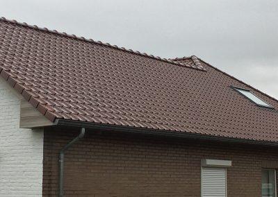 Hellend dak met hout afwerking en velux dakwerken Lenaers